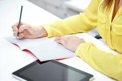 关闭有片剂个人计算机和笔记本的妇女 免版税库存图片