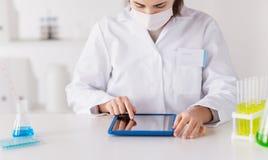 关闭有片剂个人计算机的科学家在实验室 免版税库存图片