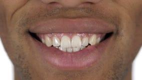 关闭有白色牙的英俊的微笑的美国黑人的人 股票录像
