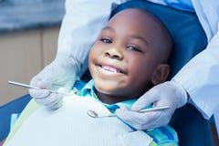 关闭有的男孩他的牙 图库摄影