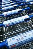 关闭有真正的廉价经营者的标签的购物车 免版税库存照片