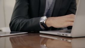 关闭有研究膝上型计算机的手表的投资者专家的分析家男性手 股票视频