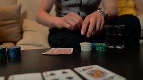 关闭有纸牌的在桌上的手和芯片 影视素材