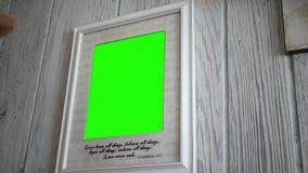 关闭有绿色屏幕的基督徒相框 股票录像
