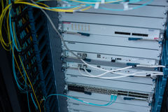 关闭有网络缆绳的一个服务器机架 免版税图库摄影
