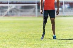 关闭有腿假肢的残疾人运动员 免版税图库摄影
