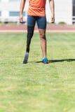 关闭有腿假肢的残疾人运动员 免版税库存照片