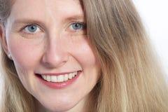 关闭有蓝眼睛的一名可爱的妇女 免版税库存图片