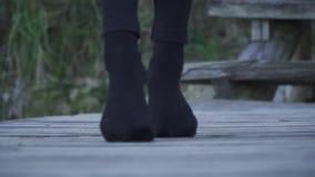 关闭有走在木表面户外的握紧的脚趾的腿 股票视频