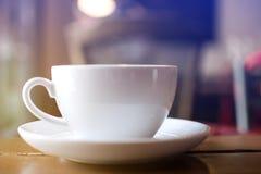 关闭有软绵绵蒸的热的咖啡白色杯子在桌上 免版税库存图片
