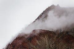关闭有雪的有珠山并且使模糊在上面在Noboribetsu熊公园附近在北海道,日本 图库摄影