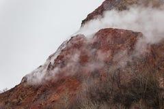 关闭有雪的有珠山并且使模糊在上面在Noboribetsu熊公园附近在北海道,日本 免版税库存图片