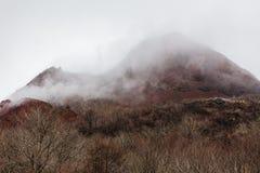 关闭有雪的有珠山并且使模糊在上面在Noboribetsu熊公园附近在北海道,日本 库存图片