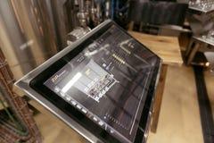 关闭有统计的一个屏幕对啤酒工厂 图库摄影
