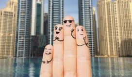 关闭有兴高采烈的面孔的手指 免版税库存照片