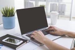 关闭有woman&的x27膝上型计算机屏幕; 在键盘的s手 库存照片