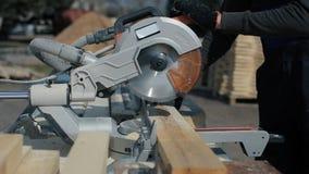 关闭木切割机裁减板条 工作者削减木板 股票录像