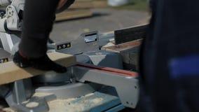 关闭木切割机裁减板条 工作者削减木板 影视素材