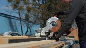 关闭木切割机裁减板条 工作者削减木板 股票视频