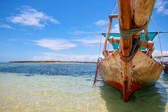 关闭木小船在海滩 免版税图库摄影