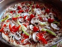 关闭未煮过的比萨 免版税库存图片