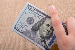 关闭本杰明・富兰克林在美元面对 免版税库存照片