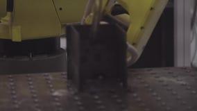 关闭机器人焊接 运转在工厂,产业概念的产业机器人 自动化汇编的机器人焊接 股票录像