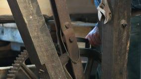 关闭机械在一个历史的泪柏磨房在strahan在塔斯马尼亚的西海岸 股票录像