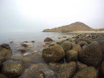 关闭来岸上在一个遥远的海滩的海 免版税库存图片