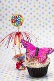 关闭杯形蛋糕的图象与蝴蝶微型和愉快的bir的 免版税库存照片