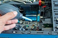关闭架线计算机零件的技术员的手 免版税库存照片