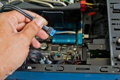 关闭架线计算机零件的技术员的手 免版税图库摄影