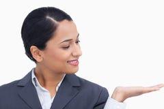 关闭查看她的掌上型计算机的女推销员 库存照片