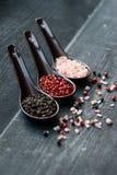 关闭桃红色喜马拉雅盐和胡椒在匙子 库存照片