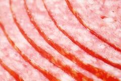 关闭桃红色开胃蒜味咸腊肠香肠片 库存图片