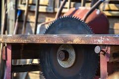 关闭桌圆锯条在车间 木制品,工作危险 危险被加锯齿的tablesaw 免版税图库摄影