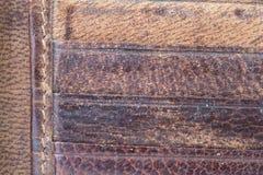 关闭棕色皮革钱包卡片槽背景 免版税库存照片