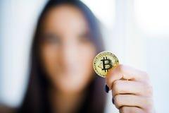 关闭概念 在金黄Bitcoin的焦点作为主要Cryptocurrency 免版税库存照片