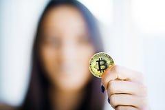 关闭概念 在金黄Bitcoin的焦点作为主要Cryptocurrency 库存照片