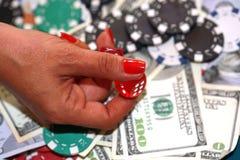 关闭模子在妇女有现金的` s手上和芯片在绿色加州 免版税图库摄影