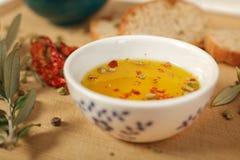 关闭橄榄油看法在瓷碗的用麝香草和ol 图库摄影