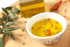 关闭橄榄油看法在瓷碗的用麝香草和ol 免版税库存图片