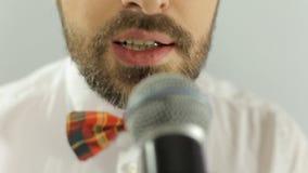 关闭歌手的嘴执行一首歌曲  股票录像