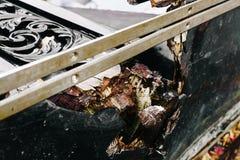 关闭残破的小船 关闭在击毁被风化的木头  库存图片