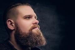 关闭残酷有胡子的男性画象  免版税库存照片