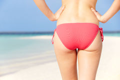 关闭比基尼泳装的妇女走在热带海滩的  库存图片