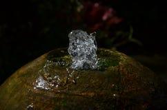 关闭水一个小喷泉在行动的从一圆的sto 库存照片