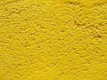 关闭水泥墙壁在黄色色的背景中 免版税库存图片