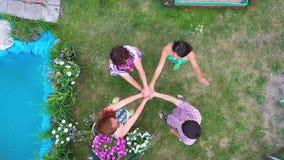 关闭汇集他们的手的年轻人顶视图  有显示团结和配合的堆的朋友手 影视素材