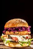 关闭汉堡与新顶部的被堆的上流 免版税库存图片